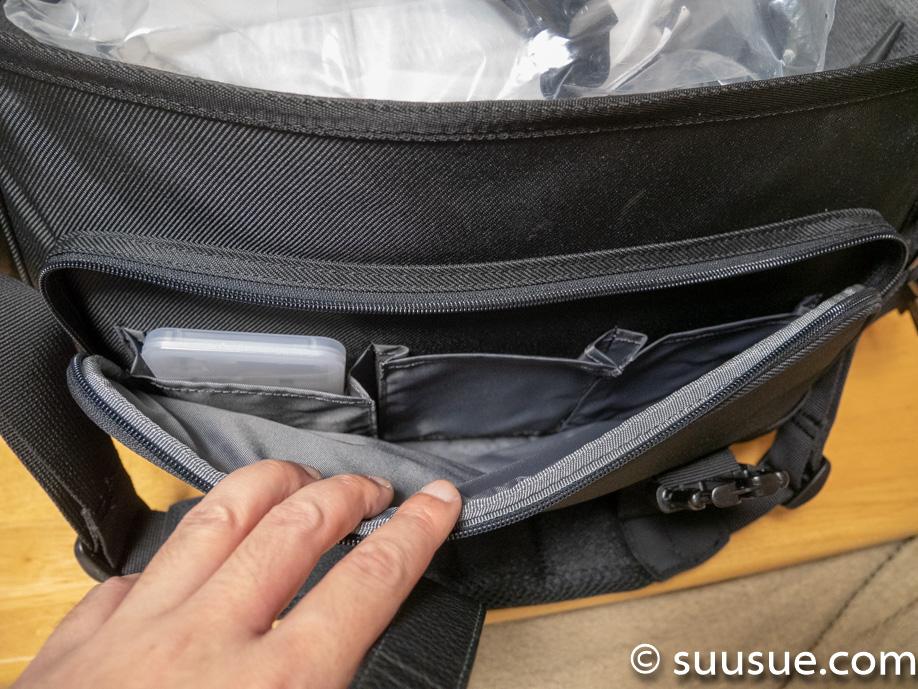 カメラバッグの手前のポケット