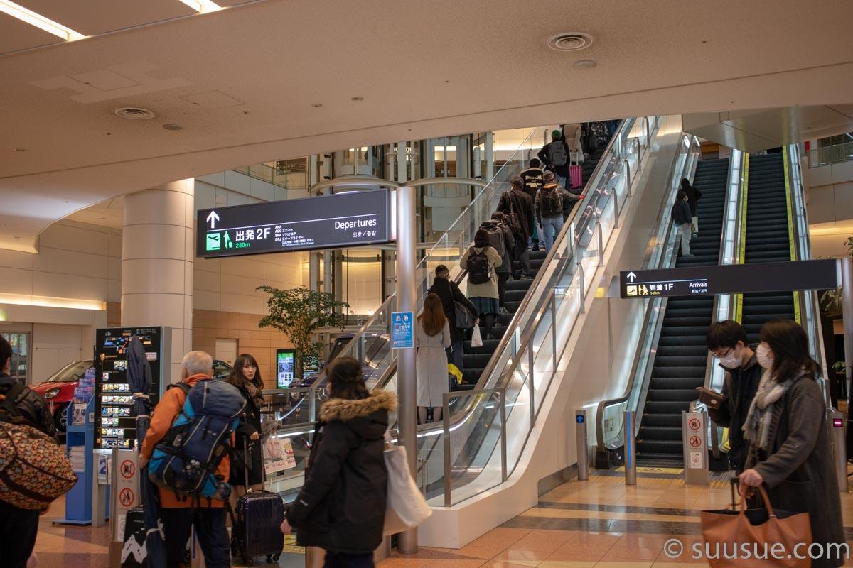 羽田空港出発口へのエスカレーター