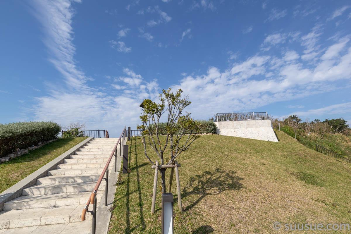 瀬長島展望台を下から見たところ