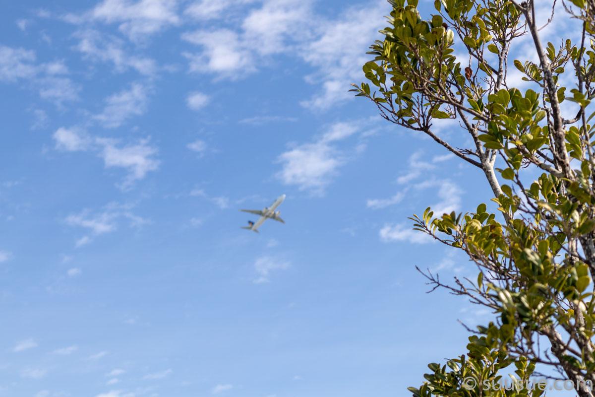 瀬長島の上は那覇空港からの空路